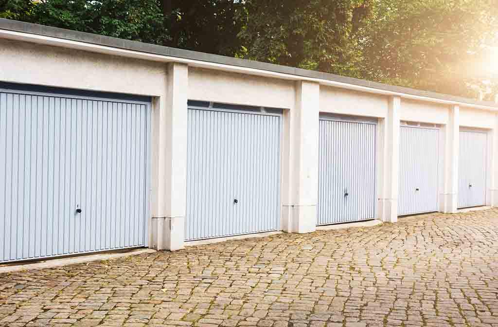 Klassischer Schwingtor-Einsatz im Garagenhof