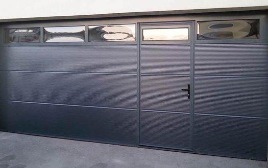 Modernes Sektionaltor mit Tür der Firma Jamnig